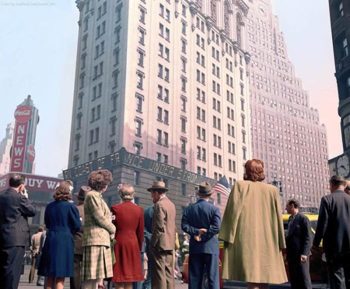 Люди на Таймс-сквер читают бегущую строку новостей в день высадки союзников в Нормандии. США, 1944 год.