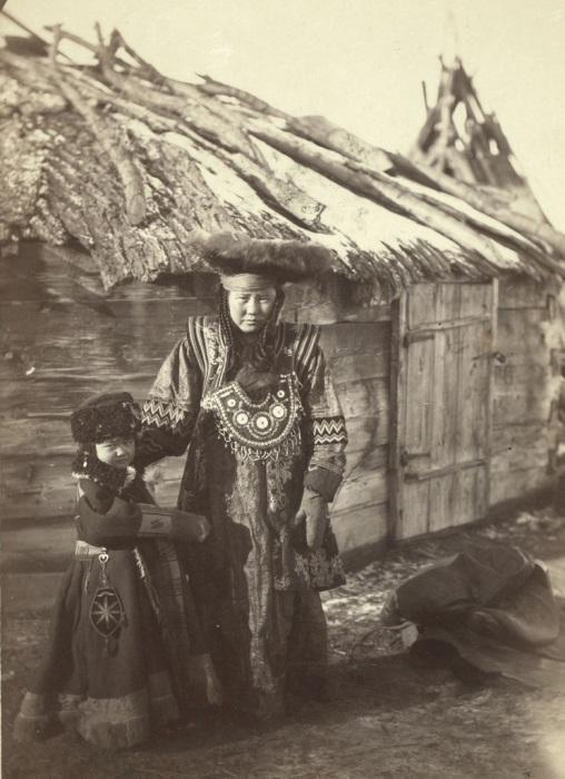 Татары в деревне под Минусинском.