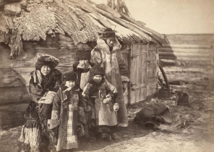 Татарская семья возле своего дома в деревне под Минусинском.