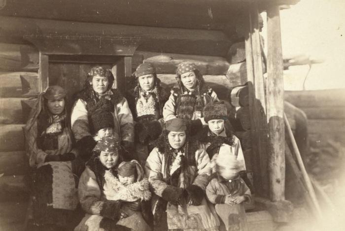 Местное население в деревне под Минусинском.