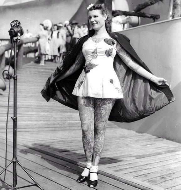 Девушка с татуировками на Всемирной выставке в Нью-Йорке, 1939 год.