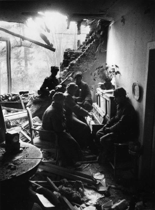 Игра на пианино. Германия, 1945 год.