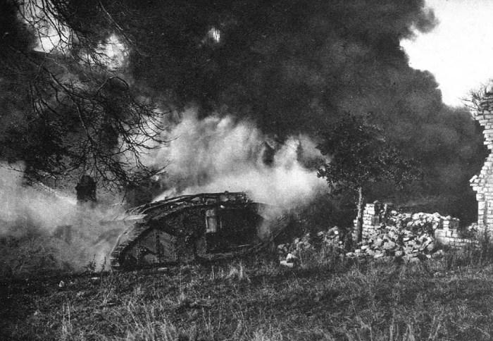 Брошенные, подбитые танки на поле боя. Бельгия, 1918 год.