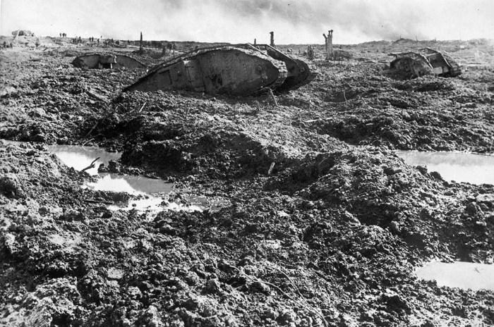 Подбитые немецкие танки на поле боя.