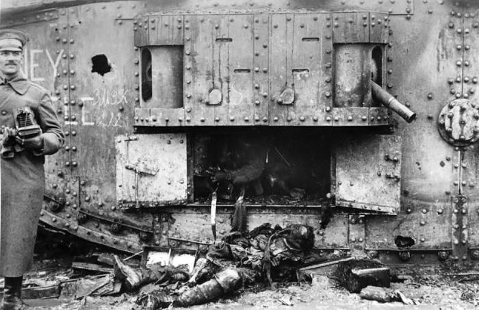 Немецкие солдаты рядом с британским тяжёлым танком Mark IV.