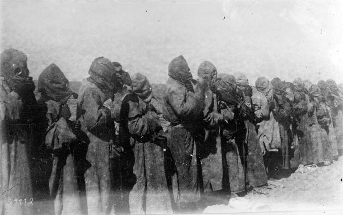 Люди в противогазах в Месопотамии в 1918 году.