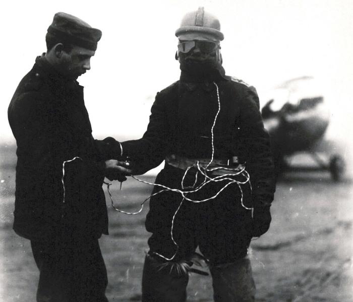 Инновационный костюм немецкого летчика с электрическим подогревом, маской, жилетом и меховыми сапогами.