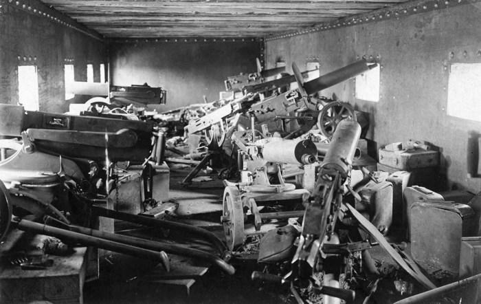 Внутри бронепоезда. Украина, Днепропетровская область, Чаплино,  весной 1918 года.
