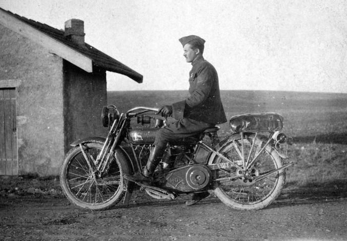 Солдат на мотоцикле Harley-Davidson в 1918 году.