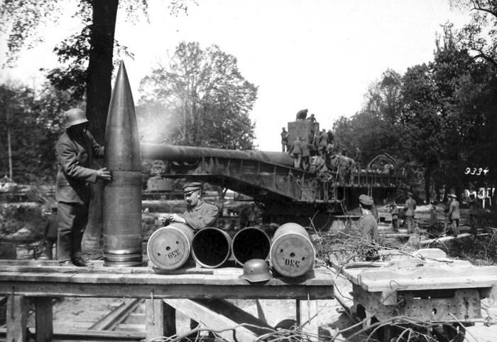 Немецкие солдаты готовят снаряды в 1918 году.