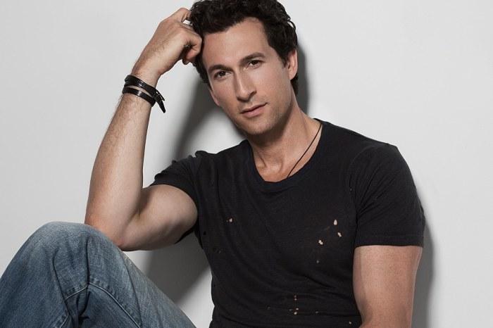 Американский актер и певец.