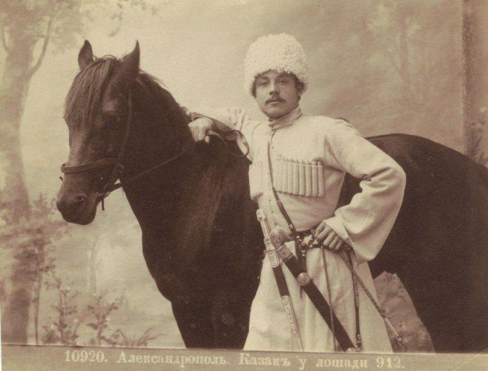 Казак у лошади. Город Александрополь, 1912 год.