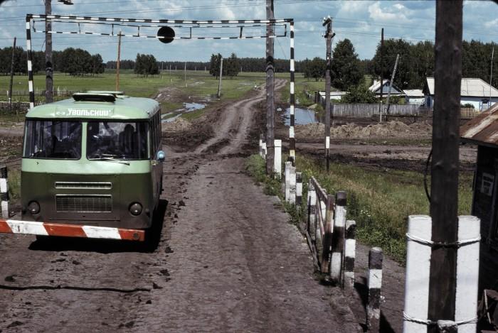 Автобус на переезде в южной части Западной Сибири.