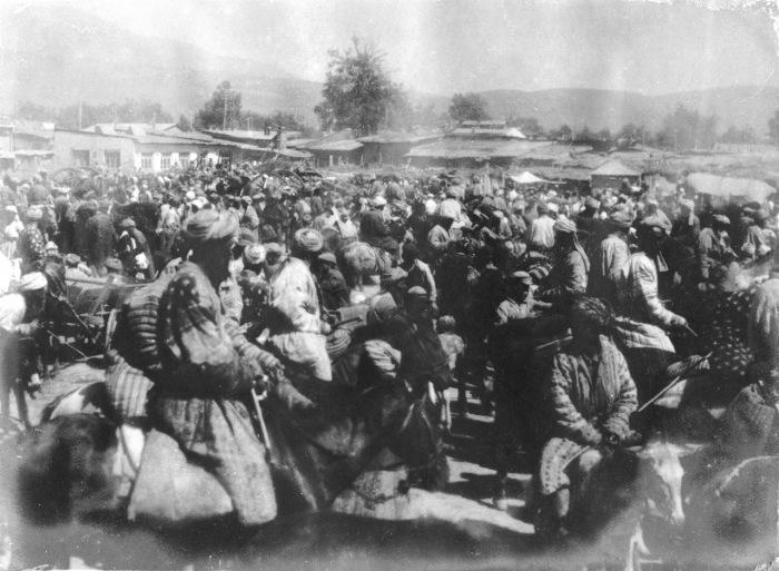 Толпы людей на базаре в Самарканде.