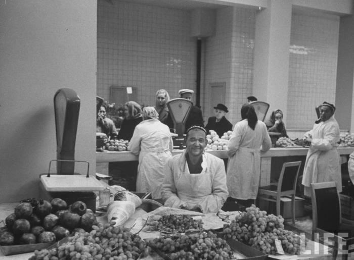 Торговец фруктами на центральном рынке. СССР, Москва, 1961 год.