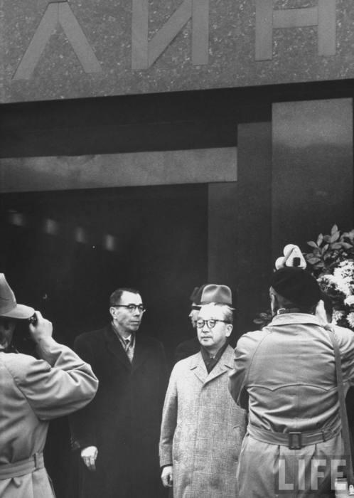 Японская делегация возлагает венки к мавзолею Ленина. СССР, Москва, 1961 год.