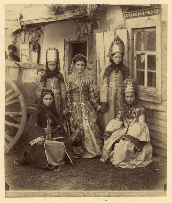 Молодые абазинки. Кубанская область, 1890 год.