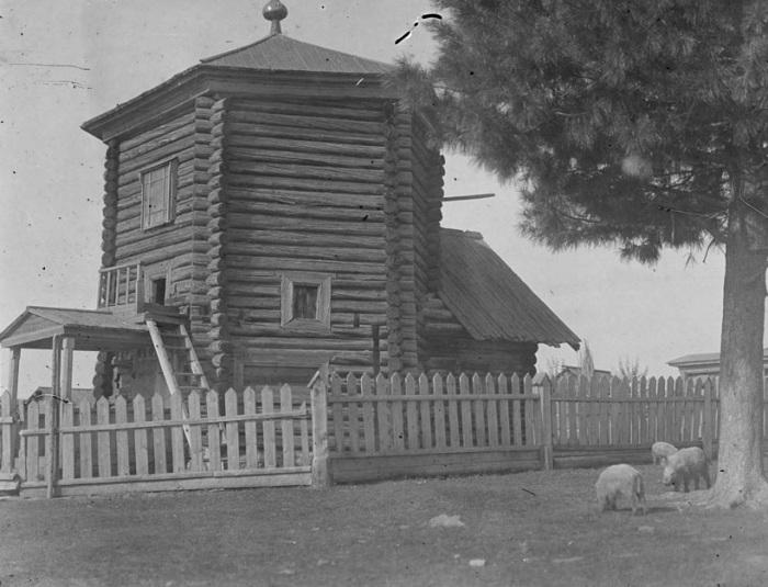 Старая церковь на Севере России вблизи линии фронта.
