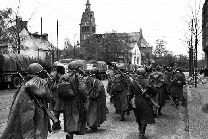 Советское подразделение минометчиков на марше в Берлине.