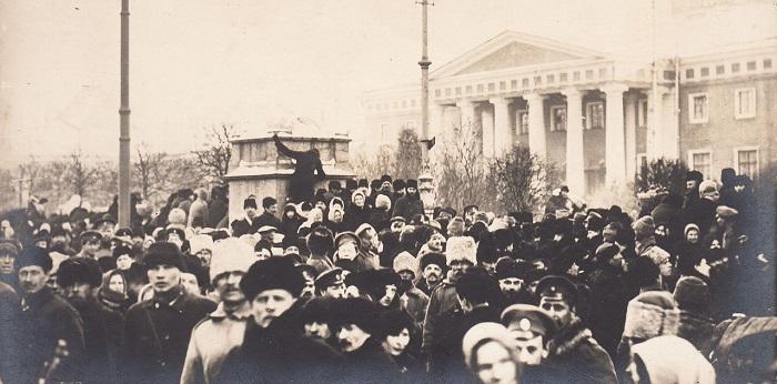 Митинг военных у здание Государственной думы. Петроград, 1917 год.