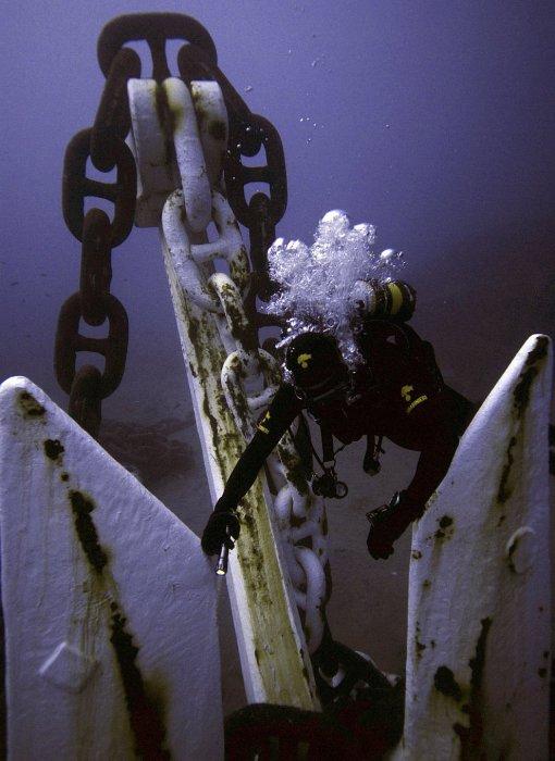 Якорь полузатонувшего круизного лайнера Costa Concordia. 17 января 2012 года. | Фото: loveopium.ru.