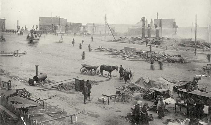 Театральная площадь после сильного пожара.
