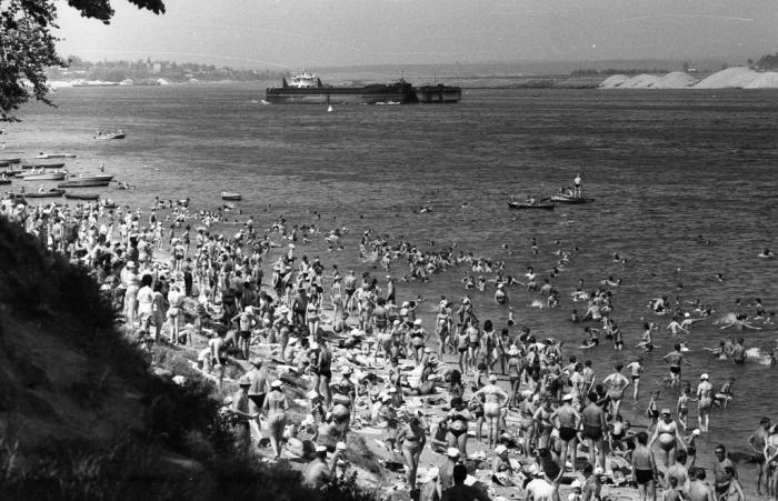 Люди, отдыхающие на пляже в Павловской роще. СССР, Ярославль, 1970-е годы.