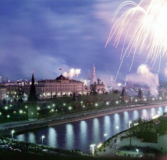 Праздничный салют в честь 20-летия Победы. СССР, Москва, 1965 год.