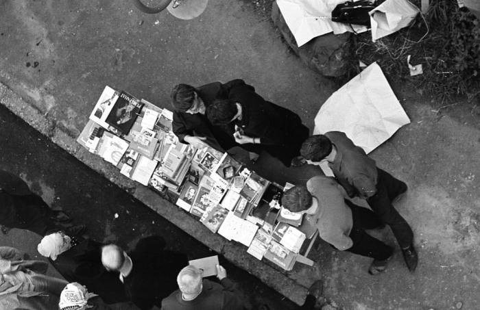 Продажа книг на улице под открытым небом. СССР, Ярославль, 1970-е годы.