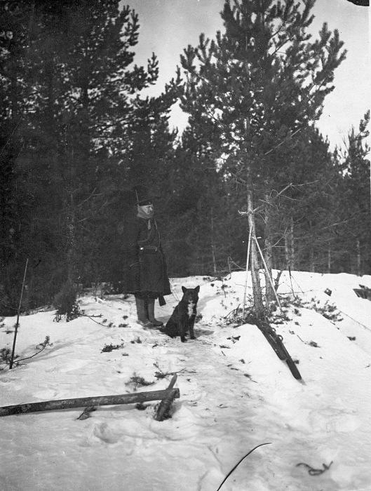 Российский пограничник с собакой в 1908 году.