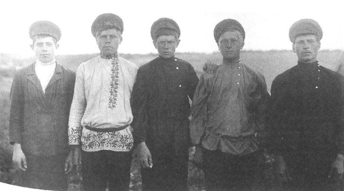 Подростки в праздничной одежде. Ярославская губерния, Пошехонский уезд, Софроновская вол., деревня Петроково, 1915 год.