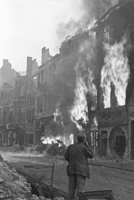 Здание, объятое пламенем, за час до объявления капитуляции Берлинского гарнизона.