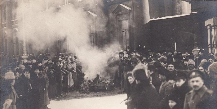 Сожжение гербов и знамен. Петроград, 1917 год.
