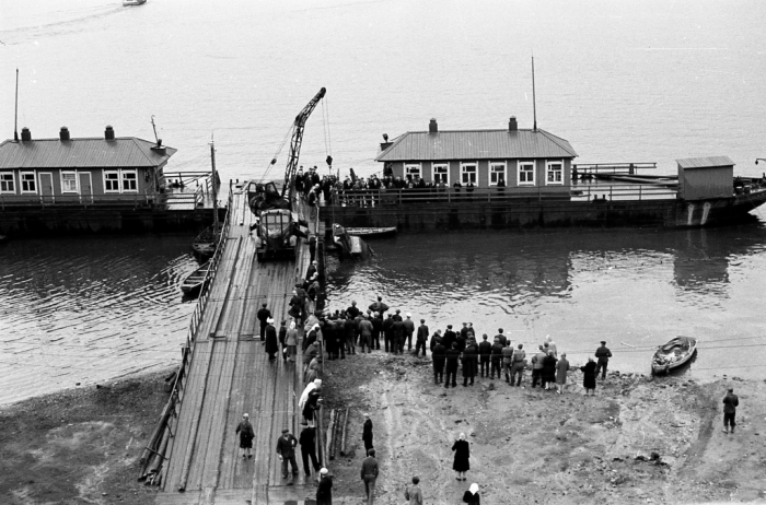 Кран, достающий упавшую в воду машину. СССР, Ярославль, 1960-е годы.