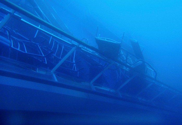 Стулья и лежаки на палубе круизного лайнера Costa Concordia. 16 января 2012. | Фото: loveopium.ru.