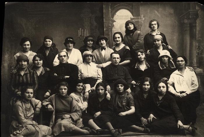 Кружок кройки и шитья при клубе Кустсоюза. Одесса, 1927 год.
