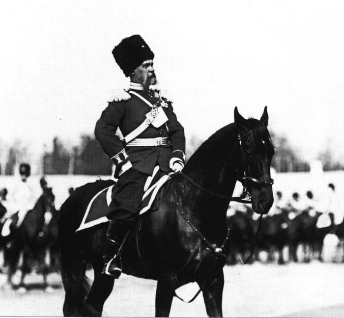 Командир лейб-гвардии Сводно-Казачьего полка генерал-майор Жигалин перед строем на плацу. Россия, 1909 год.