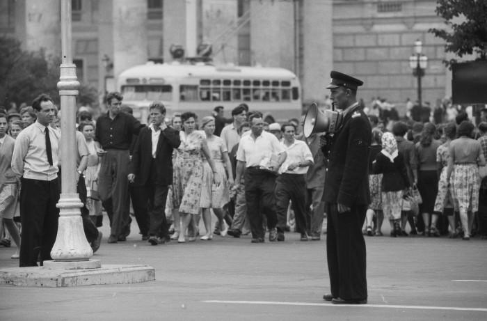 Постовой на перекрестке. СССР, Москва, 1961 год.