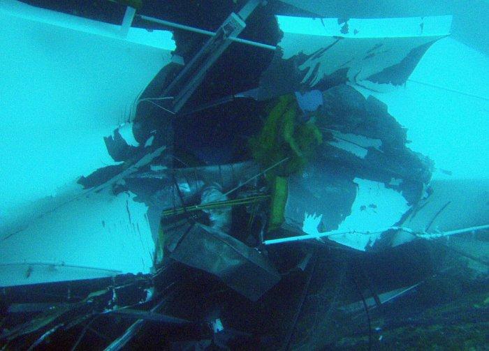 Сильно поврежденная обшивка корпуса Costa Concordia. 16 января 2012. | Фото: loveopium.ru.