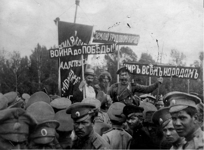 Театрализованное действие кадетов направлено против партии Народная свобода. Манифестация 14 июня 1917 года в Томске.