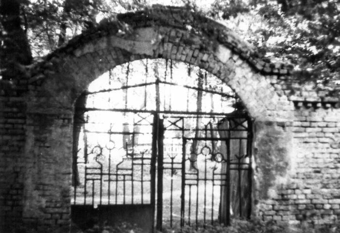 Вход на давно закрытое Щекавицкое кладбище. Киев, 1987 год