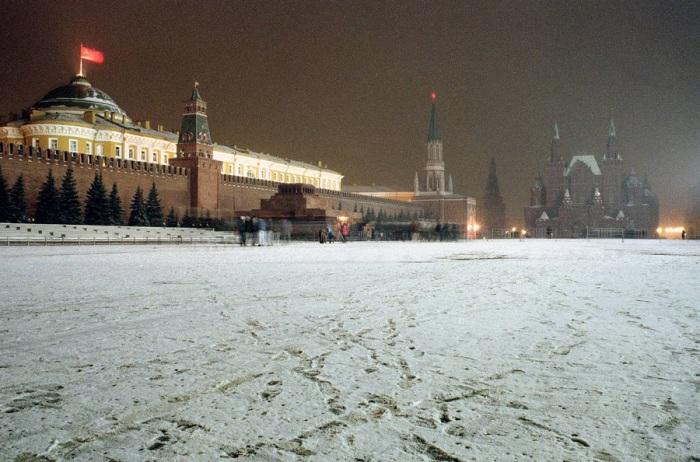 Вечер последнего дня, когда советский флаг развевается над Кремлем на Красной площади в Москве.