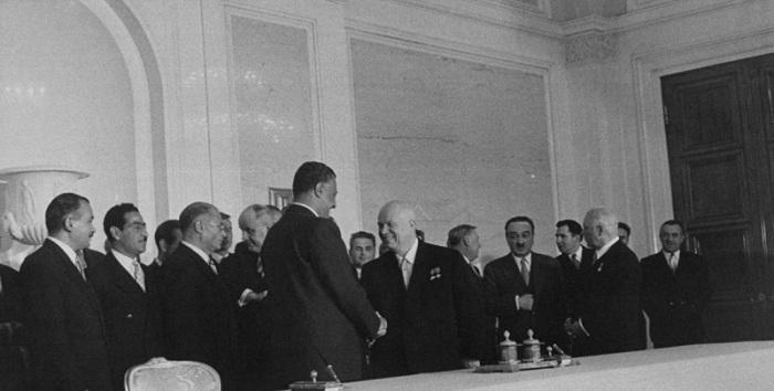 Обмен рукопожатиями между лидерами двух стран. СССР, Москва, 1958 год.