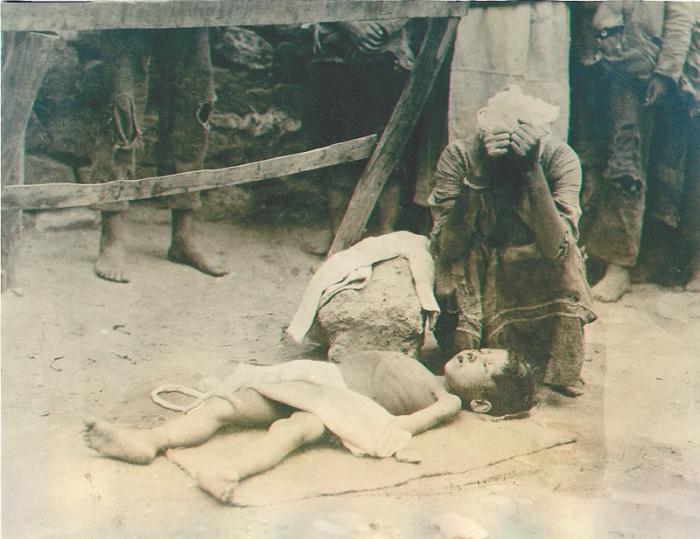 Уличная сцена в Ереване во время голода в Армении. 1922 год.
