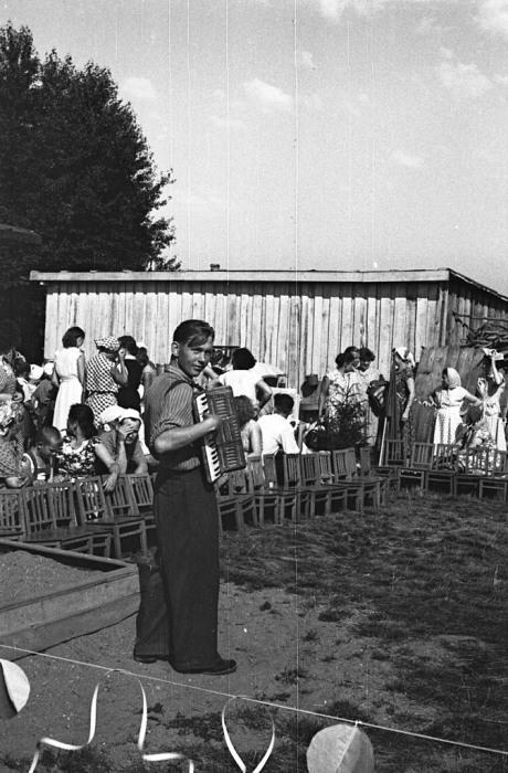 Молодой человек играющий на тальянке. СССР, Ярославль, 1960-е годы.