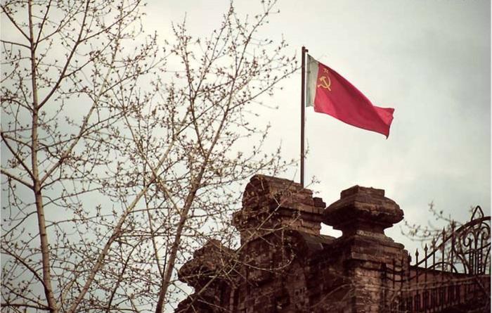 Флаг СССР над архивом Историко-Краеведческого музея. СССР, Иркутск, 1988 год.