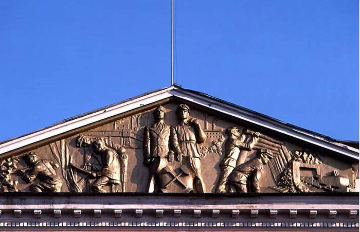 Фриз на здании угольной компании. СССР, Иркутск, 1988 год.