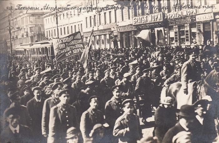 Похороны солдата водителя, убитого 28 апреля 1917 года, на Невском проспекте. Петроград, 1917 год.