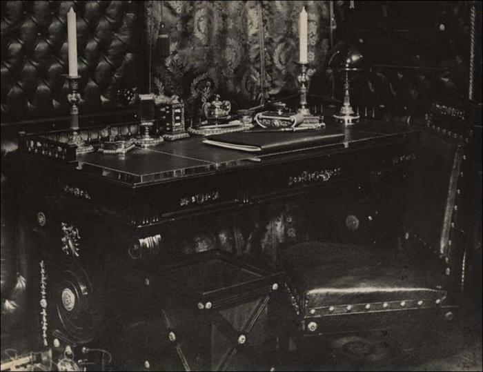 Дорогостоящая и редкая мебель в купе Николая II. Россия, 1916 год.