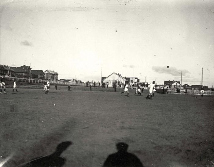 Игра в футбол на центральном стадионе.